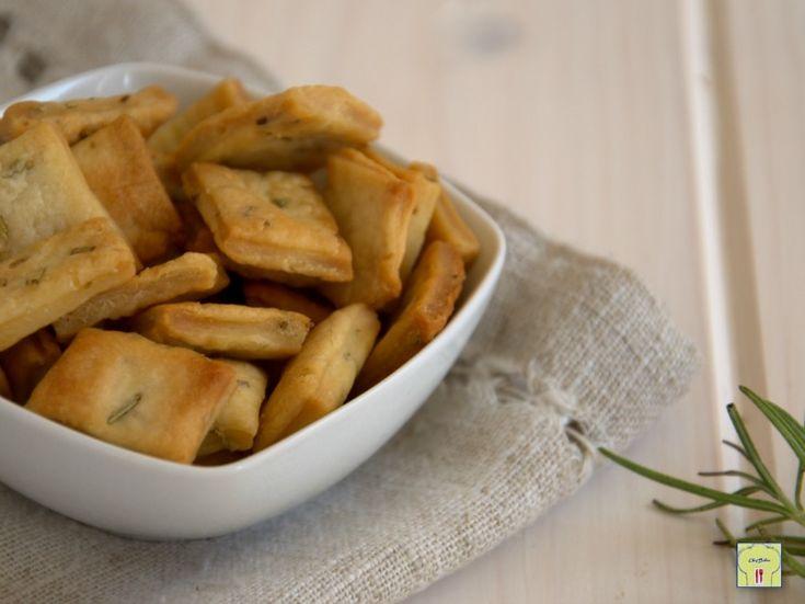 Croccantelle al rosmarino ricetta facile per dei biscotti salati croccanti, gustosi e profumati che vanno davvero a ruba