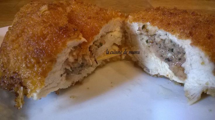 je vous propose le poulet à la kiev , une délicieuse recette réalisée évidemment avec ma touche personnelle à découvrir ou redécouvrir, avec sa farce et enrobée d'une chapelure au parmesan ,la recette en tutto ( en photos et par étapes) est ici : http://lacuisinedemumu.com/2016/04/poulet-a-kiev/