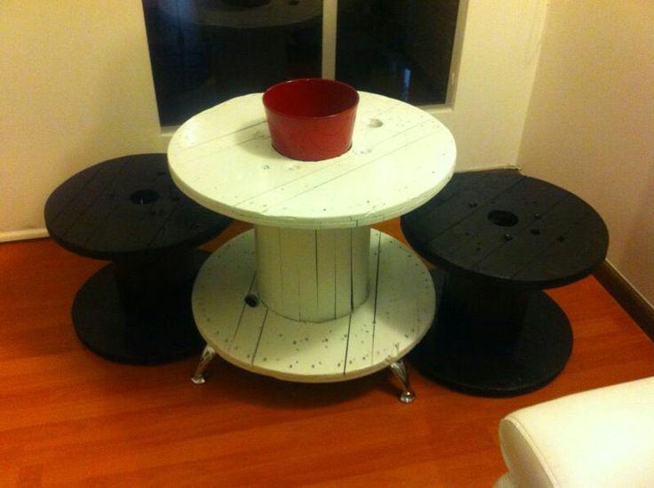 Mesa hecha en casa con carretes.