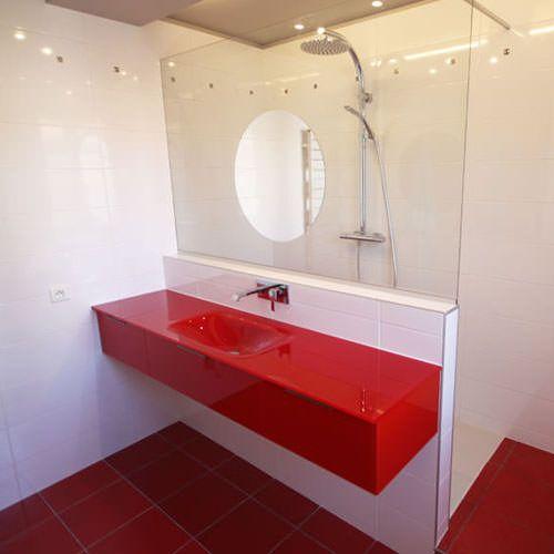 rouge et blanc un duo parfait pour une salle de bain