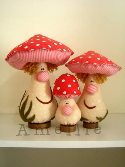 Molde no tamanho original, foto colorida e explicações.  (this trio of shroomies is so ADORABLE!)...