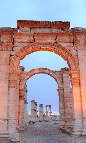 Arcos que ainda restaram nas ruínas da antiga cidade de Palmira, na Síria. A cidade foi, durante muitos anos, ponto central da Rota da Seda no Oriente para as caravanas que cruzavam o deserto, mas caiu em desuso após o século 16