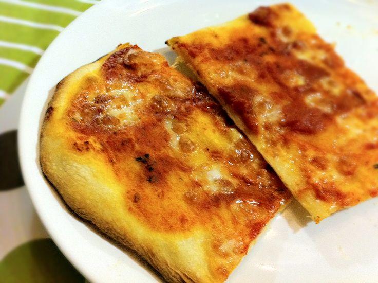 Se vuoi fare la pizza con il lievito madre per il sabato sera, devi iniziare il venerdì a prepararla … lo so, la lievitazione naturale ha i suoi tempi ed è quindi vietata agli impazienti. Ma dopo averla mangiata stasera, posso dire che ne è valsa la pena (per fortuna!)