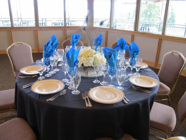 blaue-Servietten-in-Weingläser-Hochzeit-Country-Stil