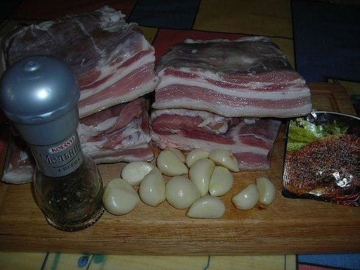 Un gust nemaipomenit, pieptul pregătit în pungi este moale, gustos și aromat. Încercați rețeta neapărat și vă asigur, că va face parte din preferatele dumneavoastră. INGREDIENTE: -1,5 kg piept de porc; -1-2 căpățâne de usturoi; -piper negru măcinat grosier; -condimente pentru carnea de porc; -sare. MOD DE PREPARARE: 1.Tăiați pieptul de porc bucăți. Mărunțiți usturoiul în blender sau dați-l prin presă. 2.Frecați bucățile de piept cu sare, condimente, piper negru și usturoi. Lăsați-le la…