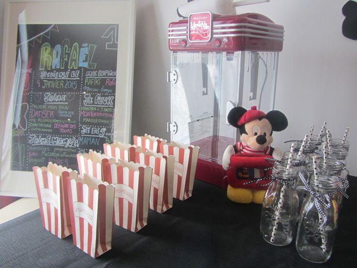 Affiche «effet tableau», fait maison.  Sacs de pop-corn vintage (Micheals)   Cruches de lait décoratives (Micheals)  Machine à Pop-corn (Betty crocker)   Mickey Mouse (Disney store)