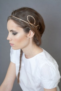 ¿Eres de las que no te atreves con un tocado? Esta es una muy buena opción para las recelosas de usar tocado. Es sencillo y poco llamativo pero decora el pelo. Y, lo mejor, es muy fácil de conjuntar debido a su sencillez. ¿Te gusta la idea?
