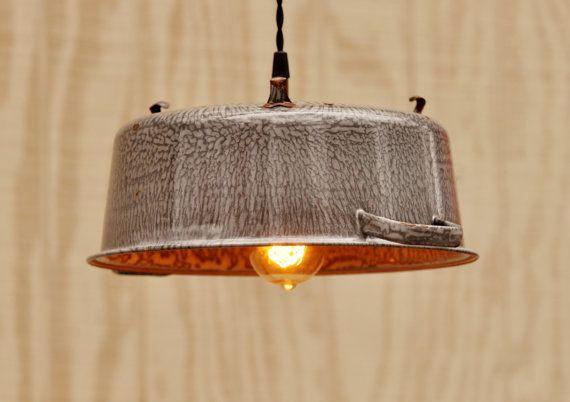 Appendere il lampadario fatto da scolapasta di TinkerLighting, $145.00