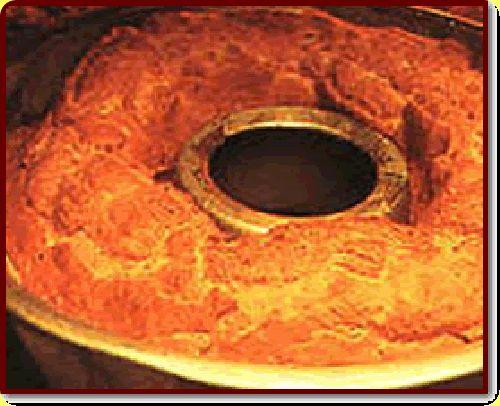 6 uova  1 bicchiere di latte  300 g di zucchero  1 bicchiere d'olio  1 kg di farina,  lievito per dolci  limone grattugiato  sale     Preparazione:  Sbattete le uova con lo zucchero dentro un recipiente, aggiungendo in questo ordine, farina, olio, scorza di limone grattugiata, un pizzico di sale ed una bustina di lievito per dolci. L'impasto andrà lavorato fino a quando non raggiungerà la consistenza che gli consentirà di essere composto a forma di filone di pane. Prendete una teglia,