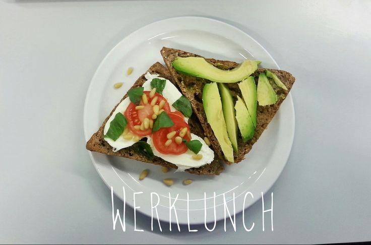 Lekkere lunch: waldkornbroodje met avocado, mozzarella en tomaat
