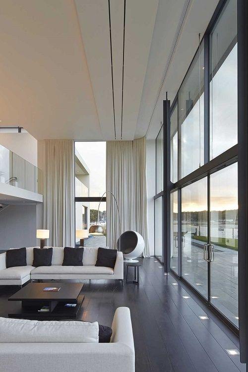 Woonkamer met strakke lijnen en grote ramen #woonstijl #modern