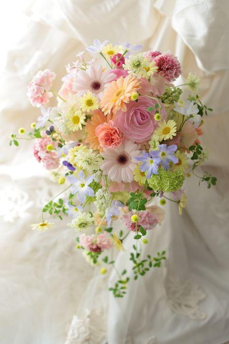 丸の内にあるサンス・エ・サヴール様へのブーケ、春の花たくさん、そしてガーベラをいれてというリクエストでした。ガーベラが似合う、とてもキュートな花嫁様でした...