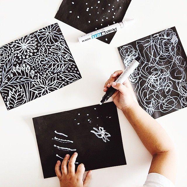 Всего лишь белым по черному, а не черным по белому, и так просто оказалось заинтересовать✒ Черная бумага - бумага, покрытая акриловой краской (другая не подойдет), и перманентный белый маркер. #чемзанятьребенка #идеидлядетей #раннееразвитие #рисуемсдетьми #рисуютдети #художкасдетьми #imom #способырисоватьсдетьми #алисавтворчестве