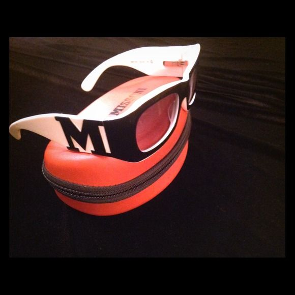 CURRENT TREND BLACK N WHITE MISSONI SUNGLASSES REDUCED!!!!! 💗💗👏👏😍😍🌅🌅🗼Fabulously bold yet traditional black and white MISSONI sunglasses!!    Original case included.   New!  ORIGINALLY $359 Missoni Accessories Sunglasses