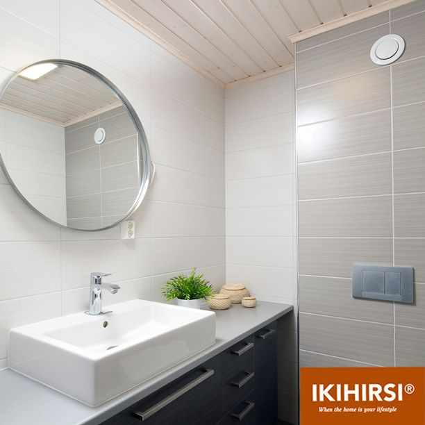 В санузле оставили деревянный потолок с влагостойким покрытием, а стены оформили практичной плиткой.Модель H2-154 #деревянныйдом из клееного бруса #Ikihirsi. Еще больше проектов на http://www.ikihirsirussia.ru/