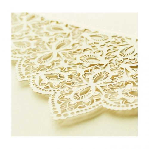 Elegáns felfelé nyitható meghívó kíváló minőségű matt felületű ekrü papírból.A fedlap gazdagon díszített lézerel kivágott virág mintával, ezüstös díszítéssel.A betétlap ekrü, matt felületű.   A meghívóhoz dekoratív boríték jár.A meghívóknál nincs szerkesztésiés nyomtatási költség