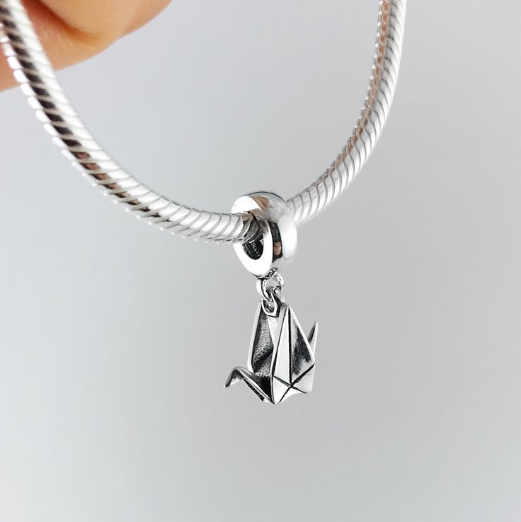 Zilveren Origami papier kraan Pandora armband charme met Pandora armband, Pandora charme, kerstcadeau voor haar, eerste verjaardag cadeau voor haar, kraan door folditcreations op Etsy https://www.etsy.com/nl/listing/476768920/zilveren-origami-papier-kraan-pandora