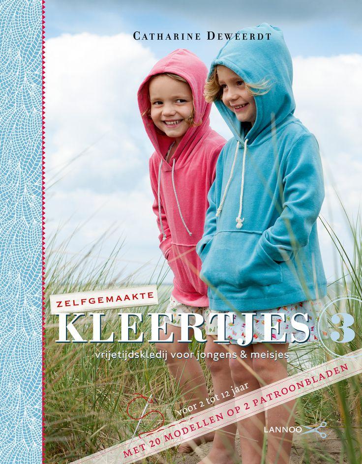 Voor haar derde boek naaide Catharine Deweerdt speelse kleertjes en accessoires voor jongens en meisjes. Kinderen houden van vlotte, losse kleertjes om vrij en onbevangen te kunnen spelen op het strand, in het bos en in de tuin. Aan de hand van nauwkeurige patronen en gedetailleerde stap-voorstapinstructies maak je de leukste speel spullen voor jongens en meisjes van 2 tot 12 jaar. Een stoere zwemshort, een toffe piratenbroek met topje, een echte tuinbroek, met bijhorende strandzak, ...