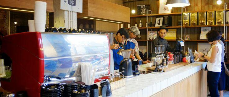 "Pernah dengar (atau mungkin nonton) film berjudul Filosofi Kopi, bukan? Kini ""nama"" itu bukan hanya sekedar judul film, tapi hadir kedai kopi dengan nama yang sama lho. Kedai Filosofi Kopi, hadir spesial untuk kamu yang ingin menikmati secangkir kopi dengan suasana nyaman, atau sekedar melepas rindu dengan teman-teman."