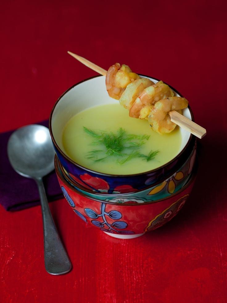 Sáfrányos fehérboros édeskömény krémleves garnélával a Flat-cat.hu-tól BUTLERS termékeken tálalva.