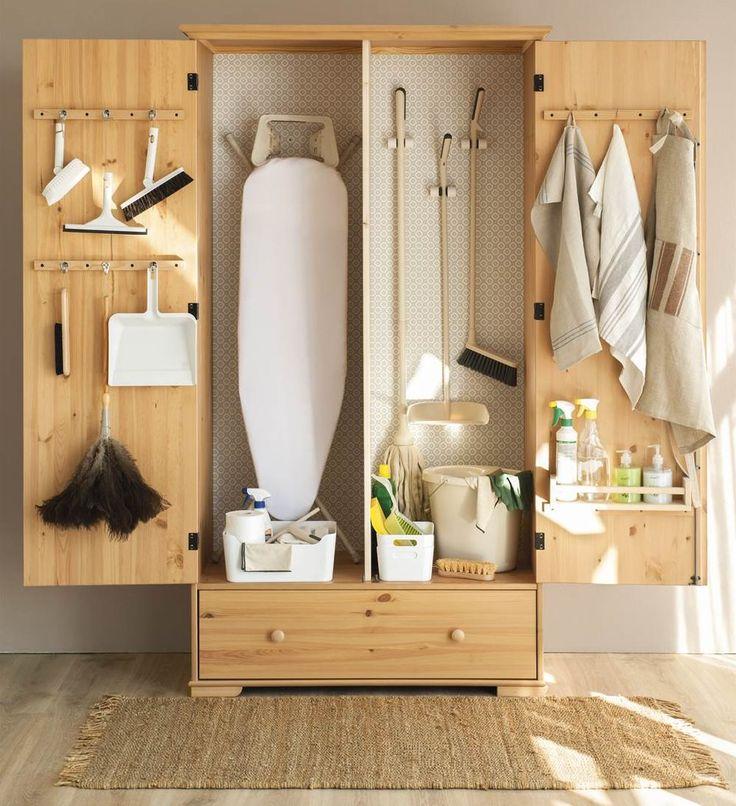 Armario de madera donde guardar utensilios de limpieza y plancha