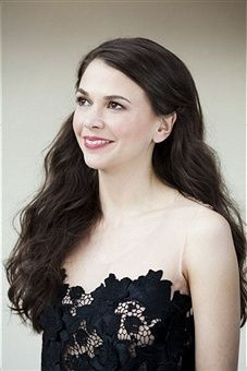 Love this soft, yet sultry hairstyle on Sutton Foster. From the creator of Sex and The City, 'Younger' stars Sutton Foster, Hilary Duff, Debi Mazar, Miriam Shor and Nico Tortorella. Discover full episodes at http://www.tvland.com/shows/younger.