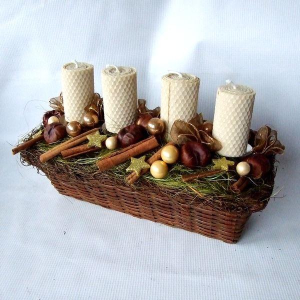 Adventní svícen medový I Vánoční dekorace s voňavými svíčkami ze včelích pláství. Použitý materiál: proutěný košíky, svíčky (vyrobila aka) s kovovými bodci (díky nim svíčky snadno vyměníte za nové), skleněné baňky, stuha, kaštany, skořice a hvězdičky. Celková délka: 32 cm, výška 20 cm.