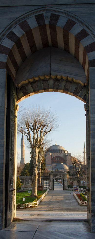 """Portal com vista para Santa Sofia, em Istambul, Turquia. A Basílica de Santa Sofia, também conhecida como Hagia Sophia que significa """"Sagrada Sabedoria"""" é um imponente edifício construído entre 532 e 537 pelo Império Bizantino para ser a catedral de Constantinopla. Ao longo de sua história foi Igreja Ortodoxa (360–1204 e 1261–1453), Igreja Católica (1204–1261), Mesquita Islâmica (1453–1931) e agora Museu secular (1931–atual)."""