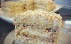 La prima vedere, acest tort extrem de simpatic și atrăgător, pare a fi foarte complicat de preparat. Însă, nu este dificil deloc! Echipa Bucătarul.tv ți-a pregătit cea mai reușită rețetă a acestui magnific desert. Gustul nucilor din blat, crema fină de vanilie și stratul crocant de zahăr caramelizat cu frișcă, oferă o combinație rafinată de …