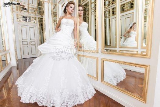 http://www.lemienozze.it/gallerie/foto-abiti-da-sposa/img4718.html Abito da sposa con corpino ricamato e gonna con applicazioni di pizzo