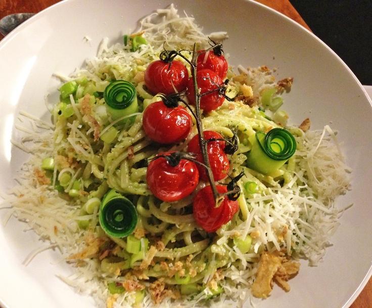 Dagen zonder vlees, dag 1: pasta pesto met oventomaatjes  Allé lap, deze carnivoor heeft zich laten overhalen om mee te doen aan 'Dagen zonder vlees'! Het hoe en waarom, daar kom ik later nog op terug, maar dag 1 was alvast een succes te noemen!  's Middags at ik een restjesfrittata die ik de avond ervoor in mekaar geklutst had (echt simpel, eitjes, kaas- en groentenrestjes door mekaar roeren, in de tarte-tatinvorm gieten en hop de oven in), en 's avonds werd het pasta pest