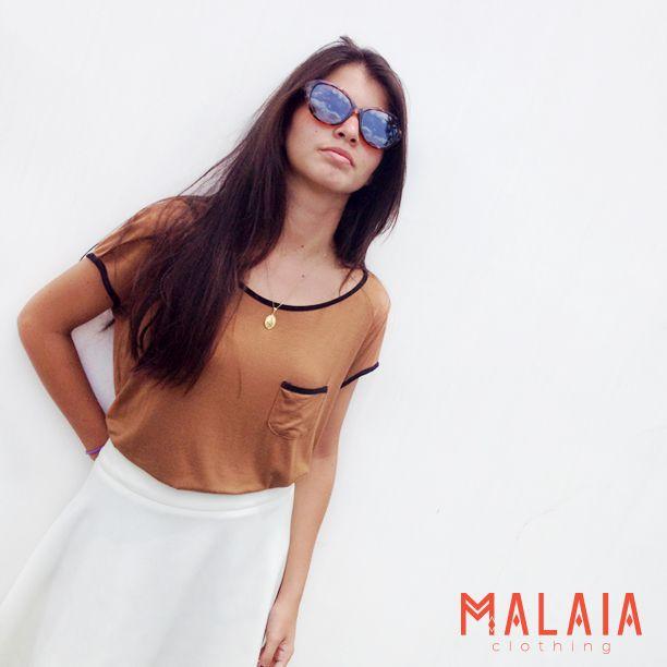 Look up in the sky Blusa cafe con bolsillo #malaiaBasics y falda #lily en blanco #lookmalaia #malaia #marcaEcuatoriana #DMwall