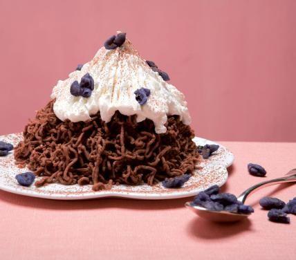"""Ricetta monte bianco - Cucchiaio d'Argento 800 g di marroni-50 g di zucchero-sale-3 cucchiai di cacao-1 bicchiere di latte-1 bicchierino di rum-pochi semi di finocchio-violette candite-panna montata non zuccherata Sbucciate le castagne e lessatele per 40 min in acqua  salata+ semi di finocchio in 1garza. spellatele+ latte, cuocere15 min(=purè).prima che si addensi,+ zucchero, via dal fuoco+rum+cacao.schiacciapatate x""""vermicelli"""" sul piatto. Decorare con panna montata e violette candite."""