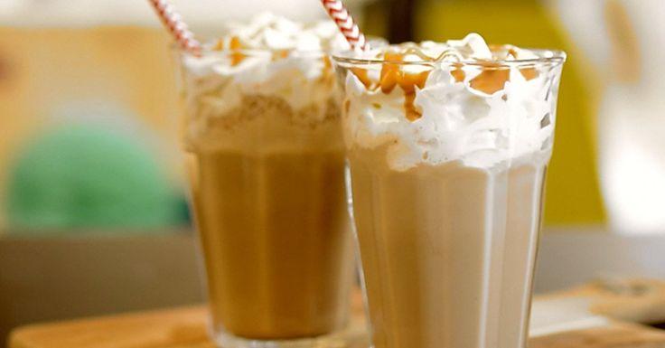 Veel mensen beginnen hun dag met koffie, maar jij doet dat waarschijnlijk met een proteïneshake.  Heb je er echter wel eens aan gedacht om deze twee te combineren? Wij hebben een recept voor een heerlijke frappuccino met eiwitpoeder!  Ingrediënten (2 glazen):   20 gram Whey Delicious Cappuccino;  200 milliliter magere melk;  1 kop sterke koffie;  3