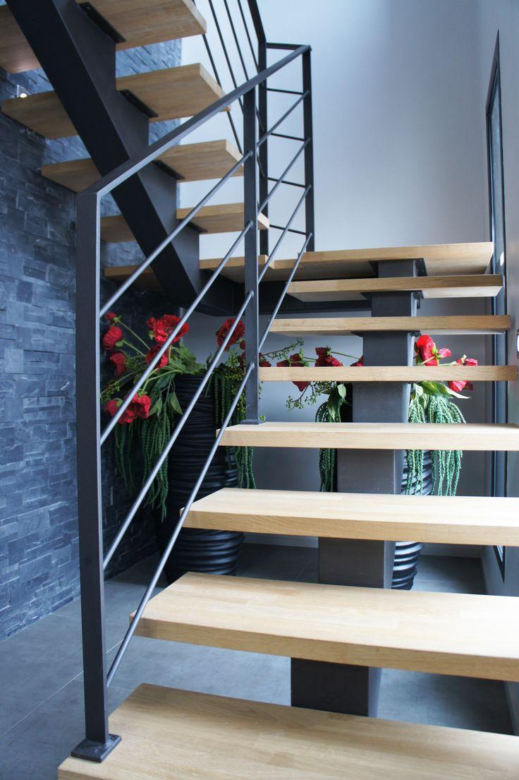 Rampant d'escalier composé d'une main courante en fer plat et d'un remplissage en fer rond. Le tout en acier brut verni, cette finition de l'acier vient apporter une touche de modernité supplémentaire à l'ensemble de l'ouvrage.