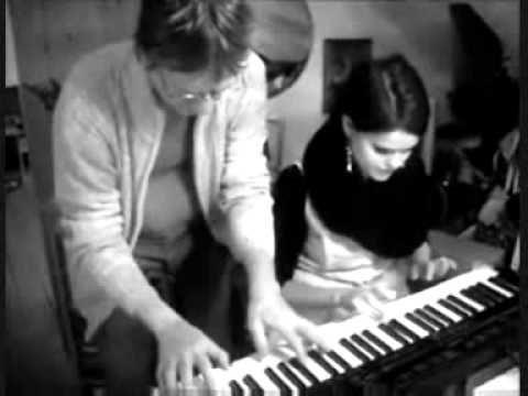 Daddy og datter jammer en Boogie Woogie på det nye keyboard..  Præstø d. 17 - 2 2012.