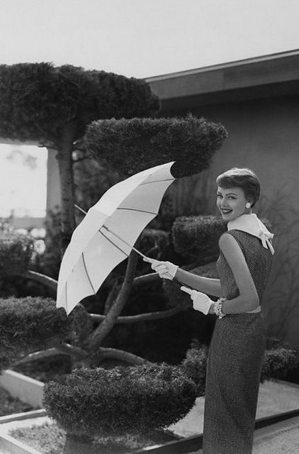 Smart, chic sheath dress and parasol style from the 50s. #vintage #fashion #1950s #umbrella #dress: Vintage Chic, Sleeveless Dresses, Vintage Fashion, Karen Radkai, Photo, 1950S Umbrellas, 1950S Fashion, Sheath Dresses, Vintage Style