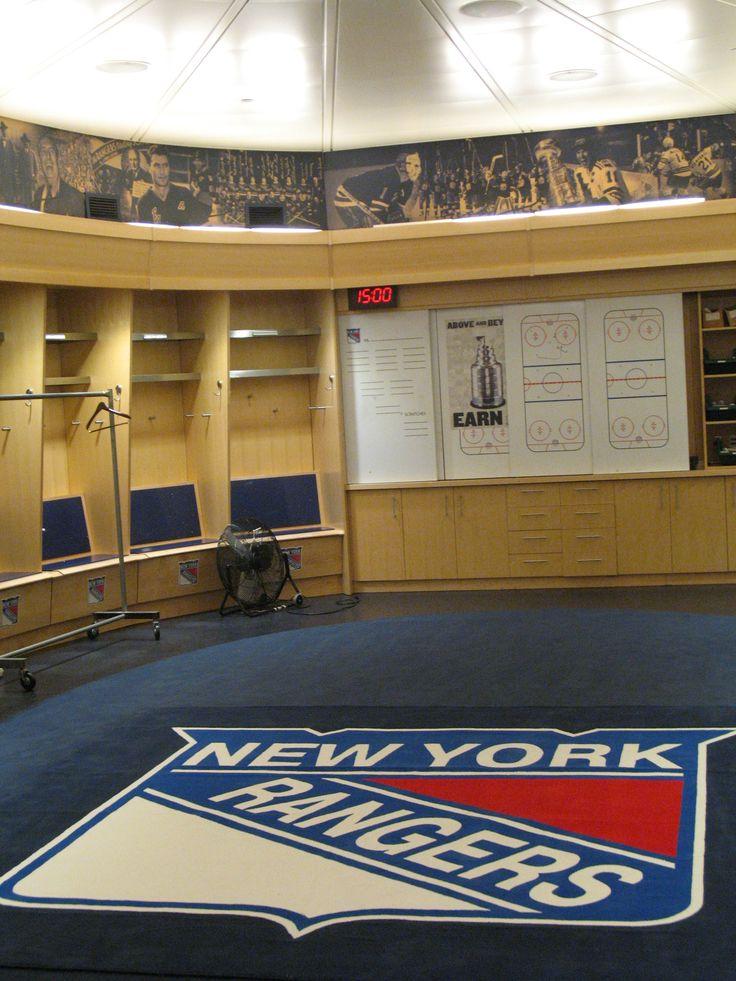 Madison Square Garden is de thuisbasis van de ijshockers van New York Rangers. Een tour brengt je tot in de kleedkamers. Een vernuftig systeem zorgt ervoor dat de ijsvloer in de sportarena in het hockeyseizoen kan blijven liggen en dat er een andere vloer overheen schuift voor basketbalwedstrijden van the Knicks of Liberty of voor een concert.