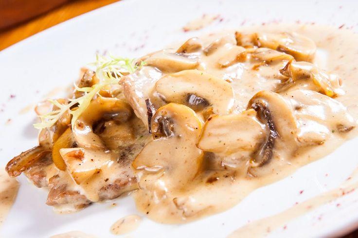 Le scaloppine con salsa ai funghi sono un secondo piatto cremoso, dal sapore intenso e dal profumo irresistibile. In più sono semplicissime da preparare