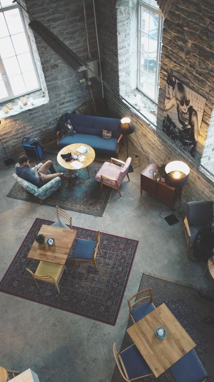 Renard Coffee Shop on Tallinnan kahviskenen erikoinen helmi Telliskivessä. Paikkaa ei nimittäin ensi näkemältä kahvilaksi ymmärrä. Se sijaitsee Renard Speed Shop -moottoripyöräkorjaamon sisällä ja on täynnä rouheaa tunnelmaa. Paikan kahvia on kehuttu Tallinnan parhaaksi. Sieltä voi tarttua mukaan erityislaatuinen lamppu, joita paikka myy. Kannattaa pitää silmät auki, kun kahville haluaa - pieni kyltti teollisuusrakennuksen kyljessä osoittaa kahvilan sijainnin.#tallinna #renard #eckeröli