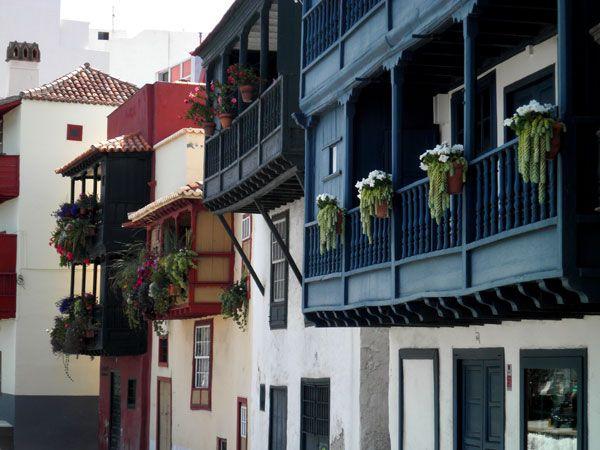 Balcones típicos canarios en la Avenida Marítima de Santa Cruz de La Palma