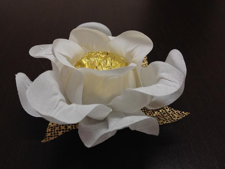 Forminha em tecido branco Cecília, com sépala ouro. Celebrity Forminhas.