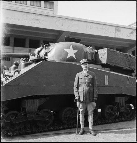 Sur le port d'Alger, le général d'armée Henri Giraud, commandant en chef civil et militaire, se tient devant un char Sherman M4 amériain livré à l'armée française, le 17 avril 1943