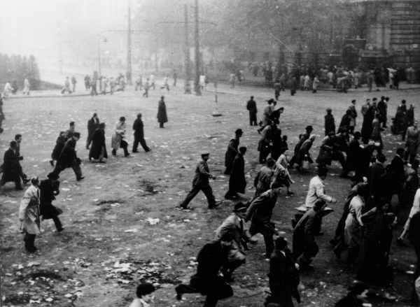 1956. október 25-én az Országház előtti Kossuth téren rálőttek a fegyvertelenül tüntető tömegre.