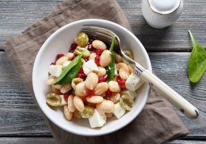 Zdrowa sałatka z białą fasolą i serem feta