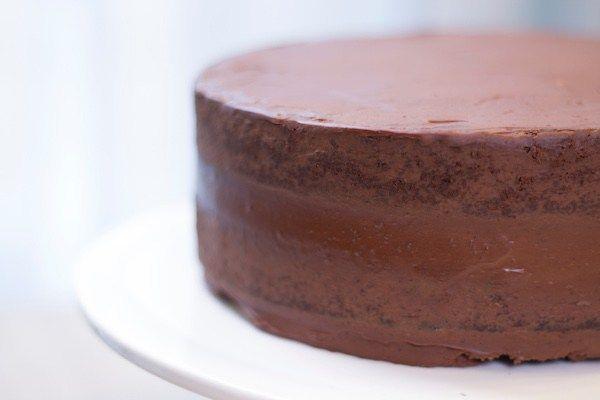 Le gâteau chocolat-ganache, ma recette de base tout chocolat pour le cake design. Parfait pour être recouvert de pâte à sucre.