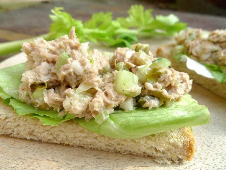 Je kunt natuurlijk tonijnsalade in een bakje kopen, maar zelf maak je het veel lekkerder! En gegarandeerd minder vet, minder suiker en minder e-nummers. | http://degezondekok.nl