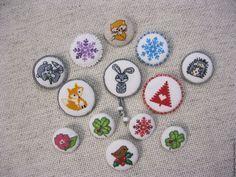 Купить Брошь-значок с вышивкой крестиком - комбинированный, брошь, брошь ручной работы, вышивка