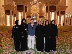 Tudtad, hogy a kávé szabályozza a testhőmérsékletet? Amikor Dubaibanjártam, ott is 36 fokos hőség volt. Az Abu Dhabi Nagymecsetbe a nők csak talpig feketében léphettek be. A bejáratnál minden nő fekete csadort és hidzsábotkapott. Elképzeltem, hogy 1 perc sem kell hozzá, hogy kiverjen a víz a fekete öltözetben....