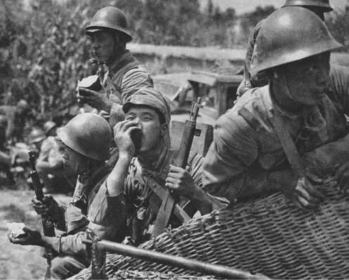 japanese soldiers eating fruits during break time (1939)